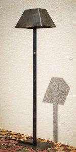 Lampe métal recyclé vue de profil ombre petite