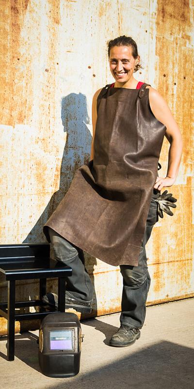 Séverine Péricat, tablier cuir, masque de soudage, tabouret métal