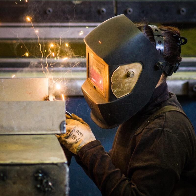 Séverine Péricat masque de soudage, soudure acier, presse plieuse