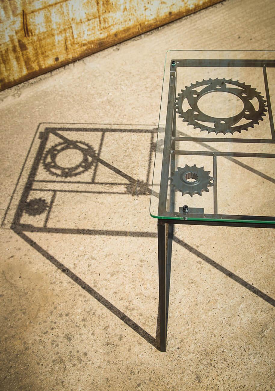 vignette table basse en metal, verre et couronnes moto - detail et ombre portee - Atelier Metal'rine