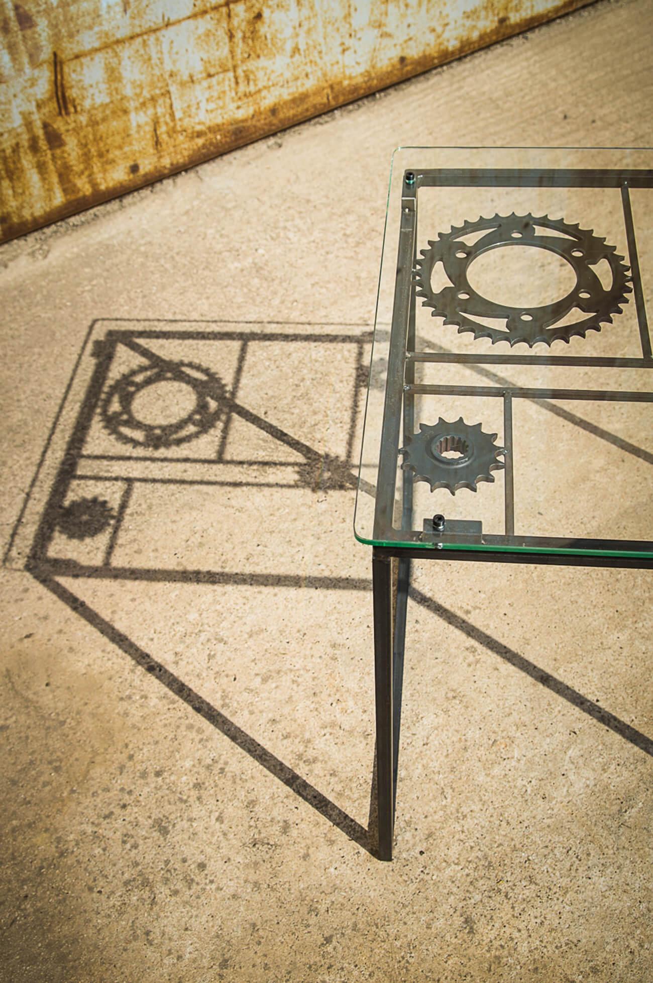 table basse en metal, verre et couronnes moto - moitié et ombre portée - Atelier Metal'rine