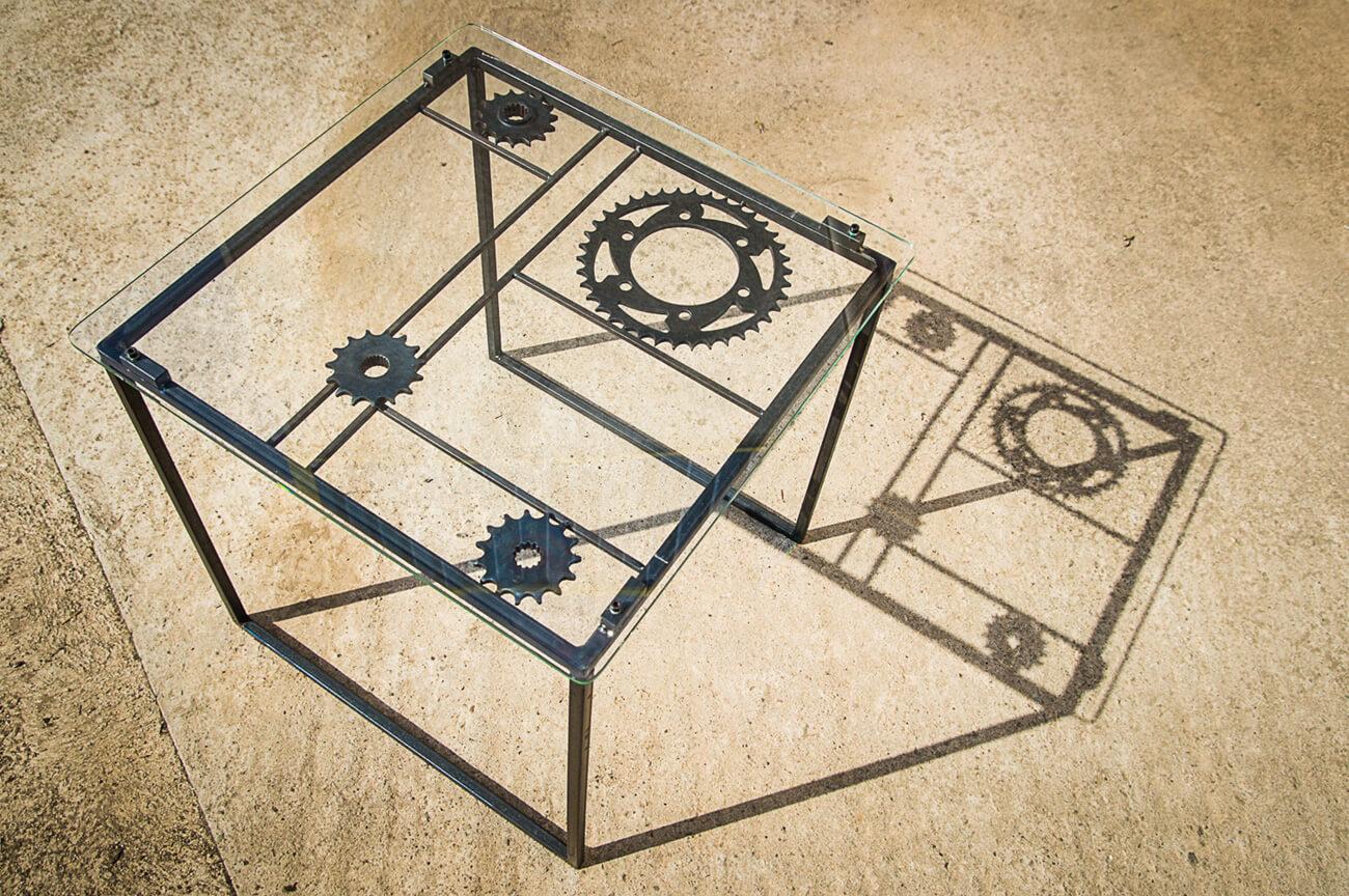 table-basse-métal-couronne-en-acier-verre-et-couronnes-moto-vue-du-dessus-atelier-metalrine-photo-corinne-montculier