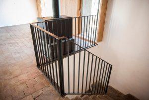 Garde corps acier barreaudage vue en haut des escaliers