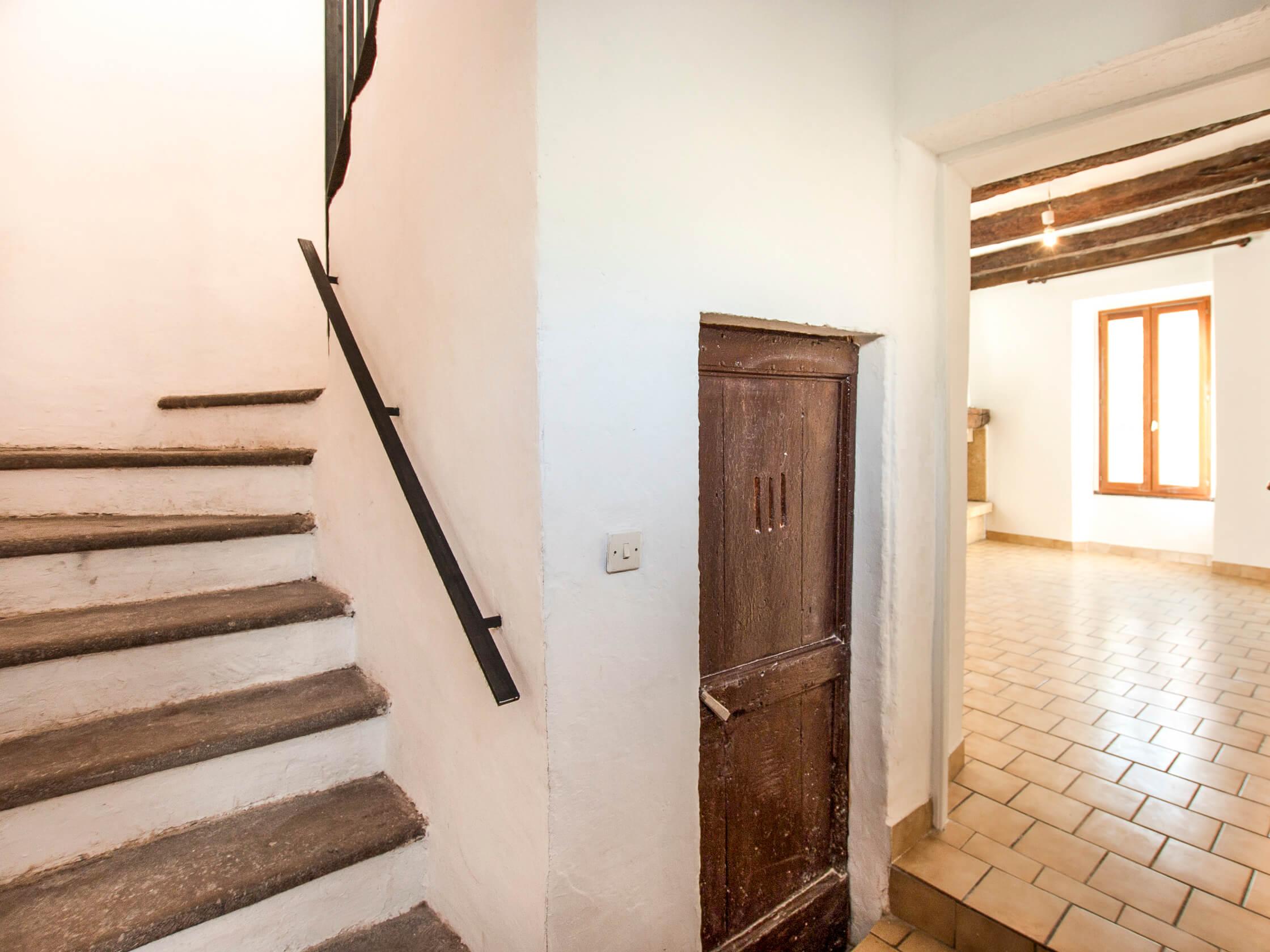 main courante en acier scellé dans le mur en bas des escaliers