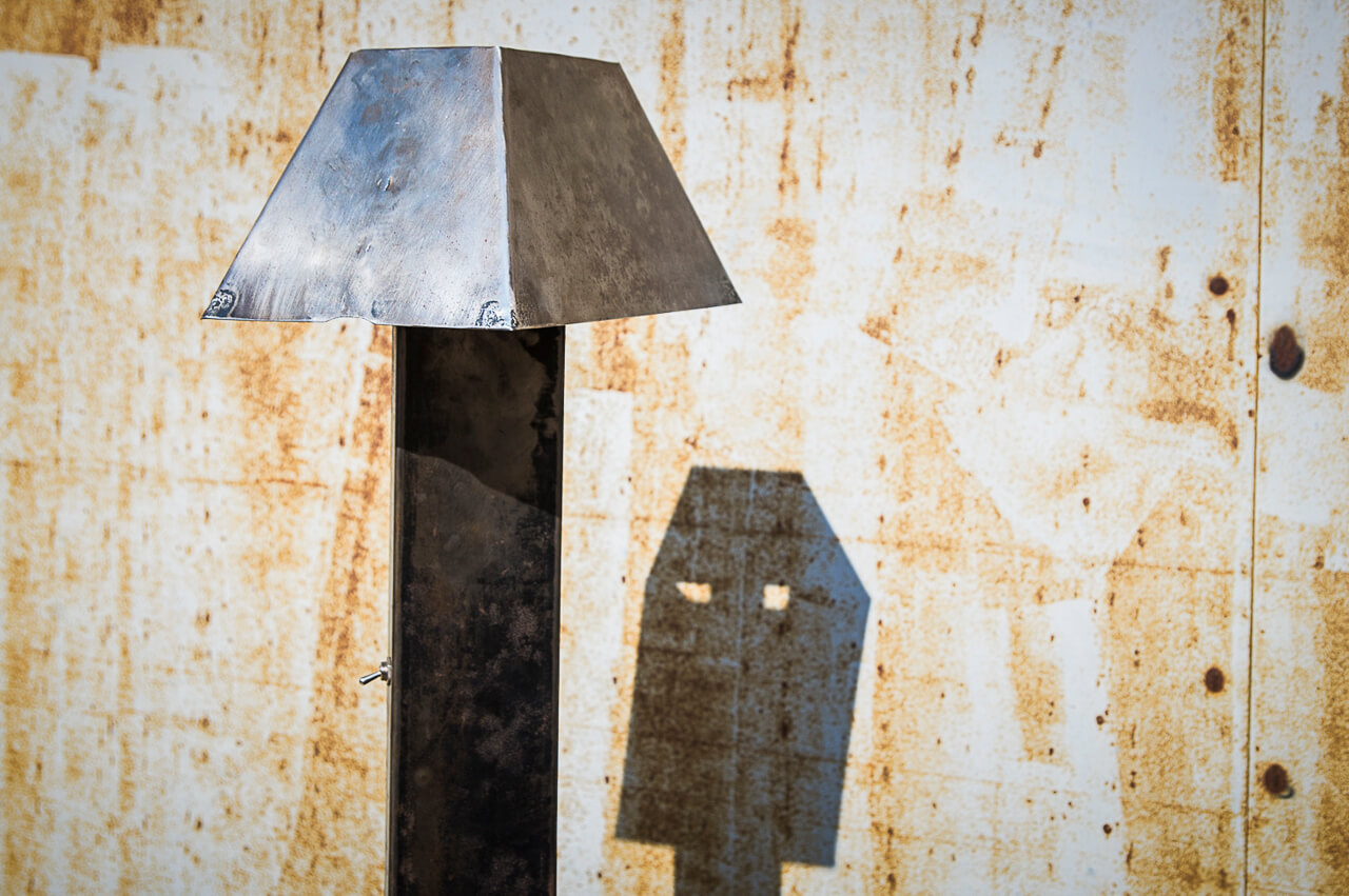 Lampe métal recyclé vue gros plan ombre