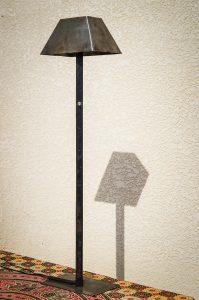 Lampe métal recyclé vue globale de profil ombre