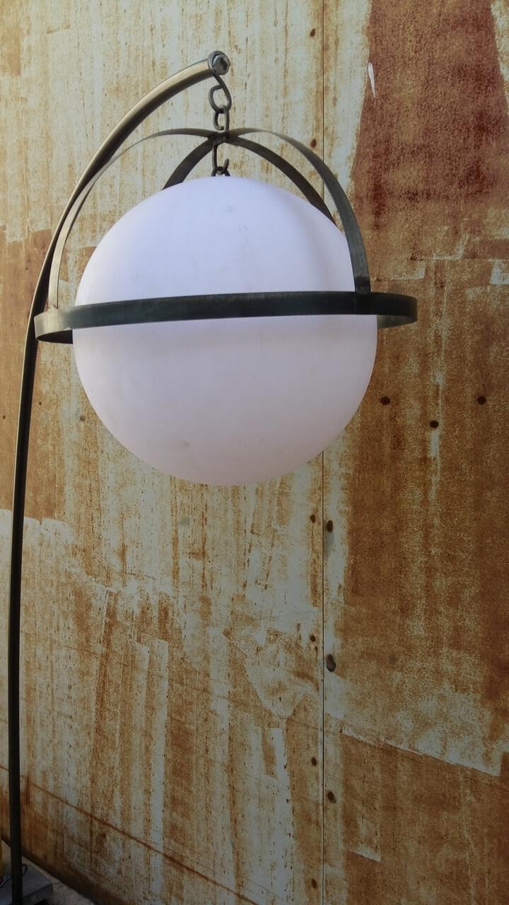 Lampe Saturne vue du globe lumineux, mobilier extérieur du restaurant L'ami Paradis