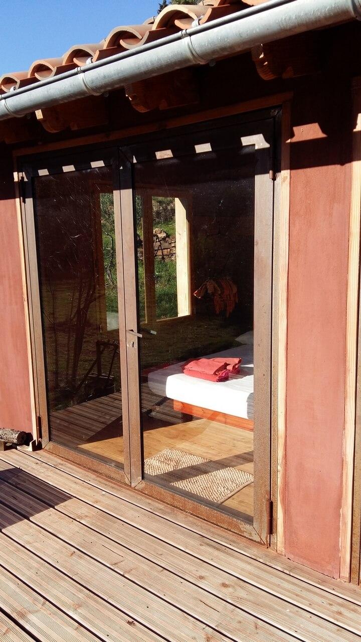 Double porte vitrée menuiserie acier vue de dehors MetalRine