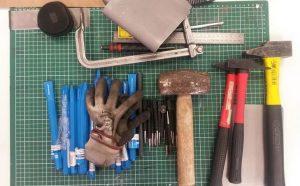 Matériel (serre joint, pointeau, burin, marteau) pour notre intervention dans une classe MetalRine