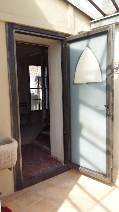 Porte-Ogive-acierbrut-porte ouverte dehors